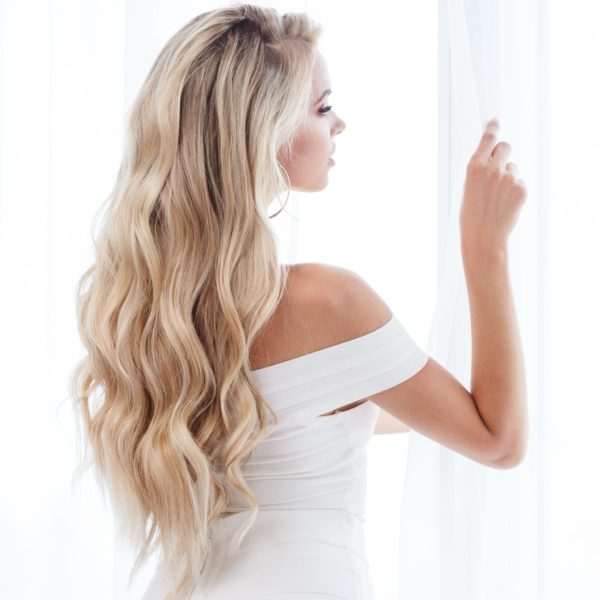 Frau mit Haarverlängerung