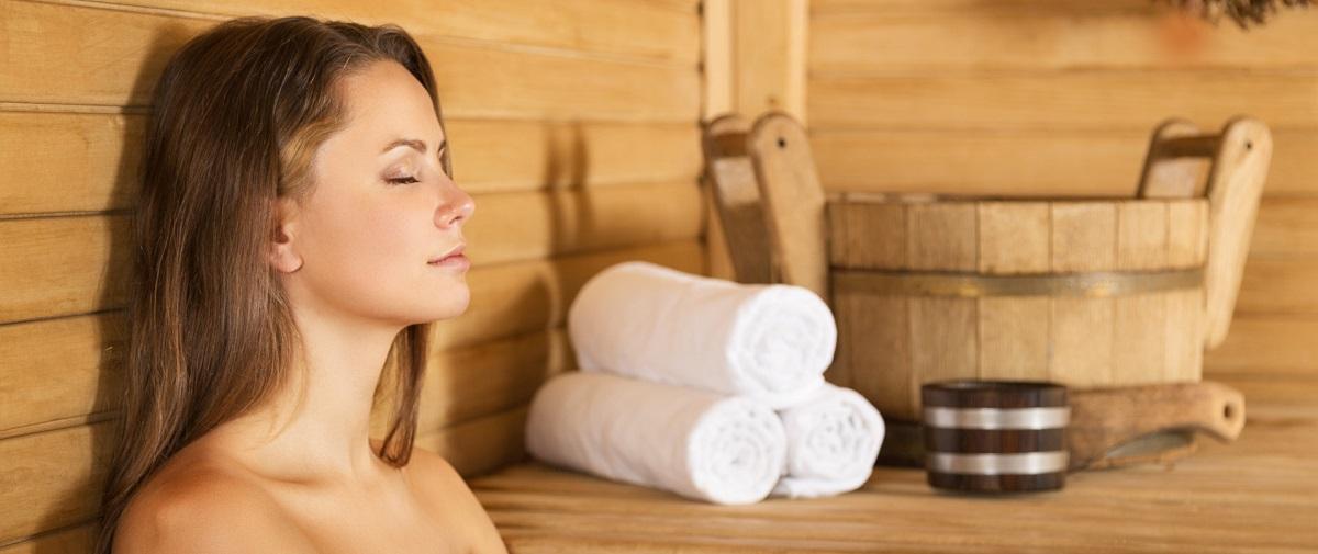 Junge Frau mit Extensions in der Sauna