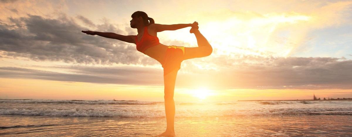 Eine Frau mit Extensions macht Sport am Strand