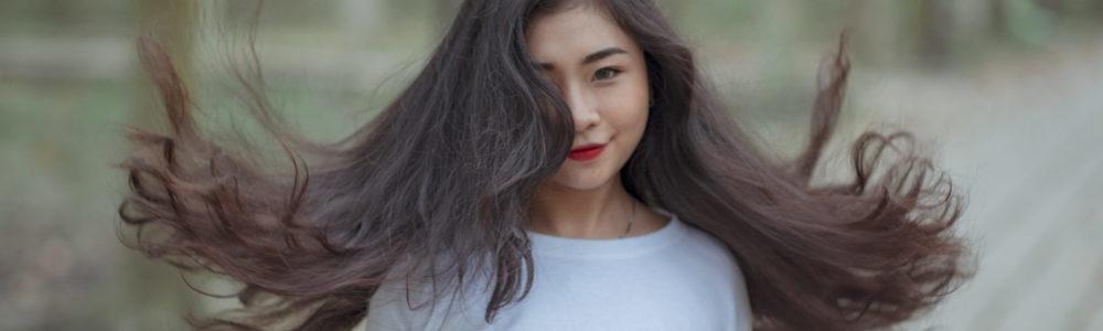 Junge Asiatin mit langen dunklen Haaren
