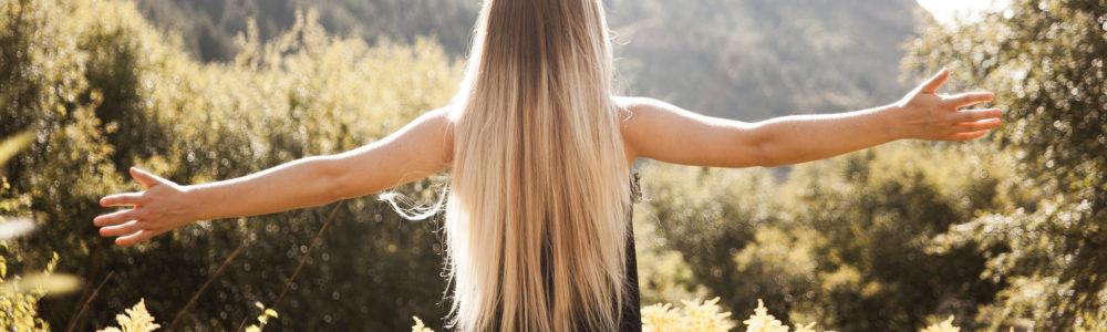 Eine junge Blondine mit Extensions
