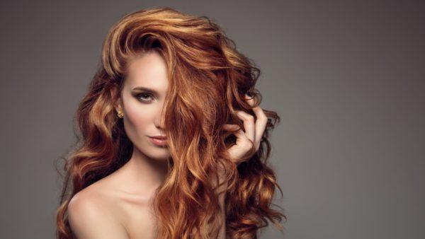 Junge Frau mit langen gewellten Haaren