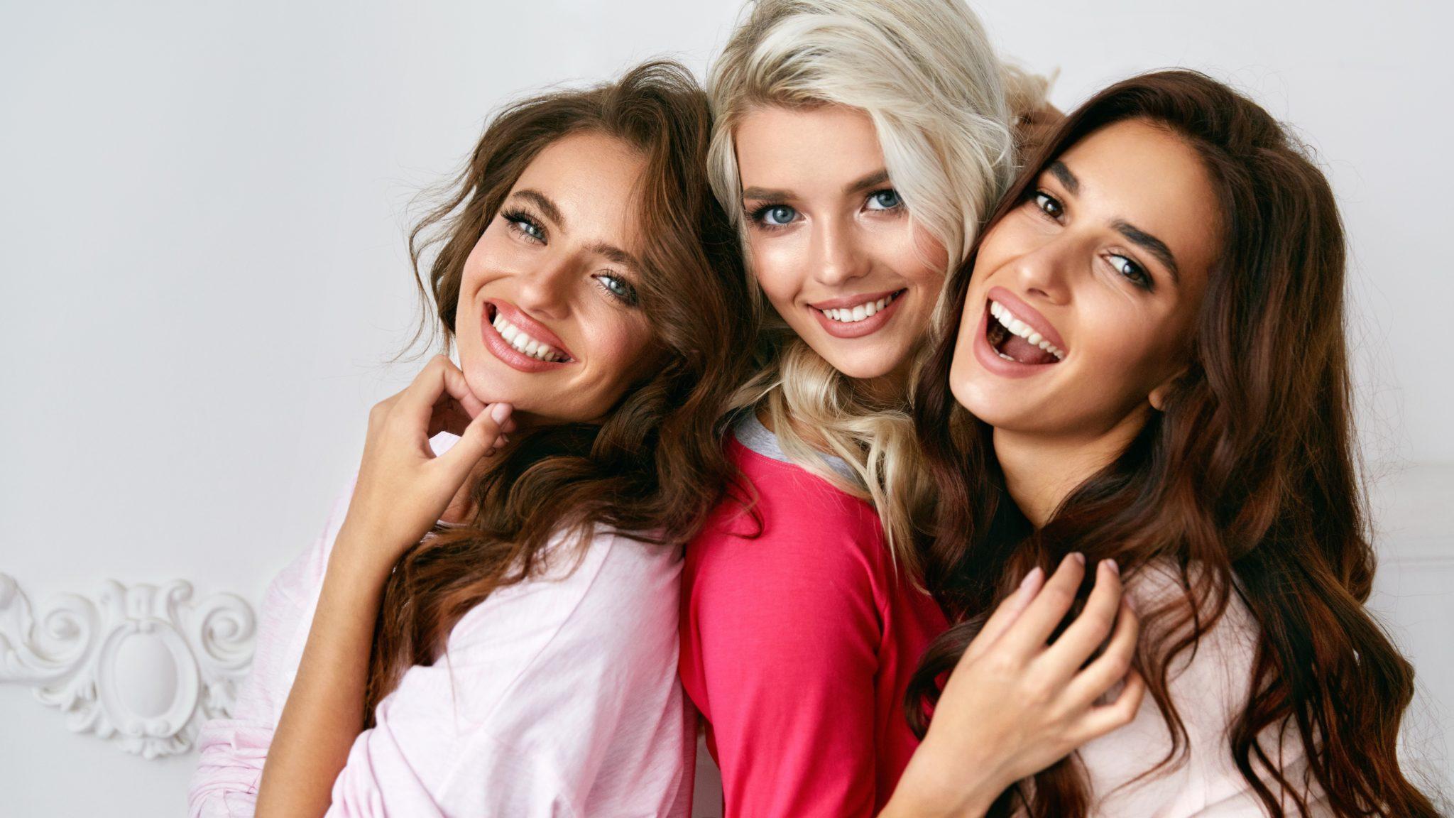 Drei junge Frauen mit Extensions