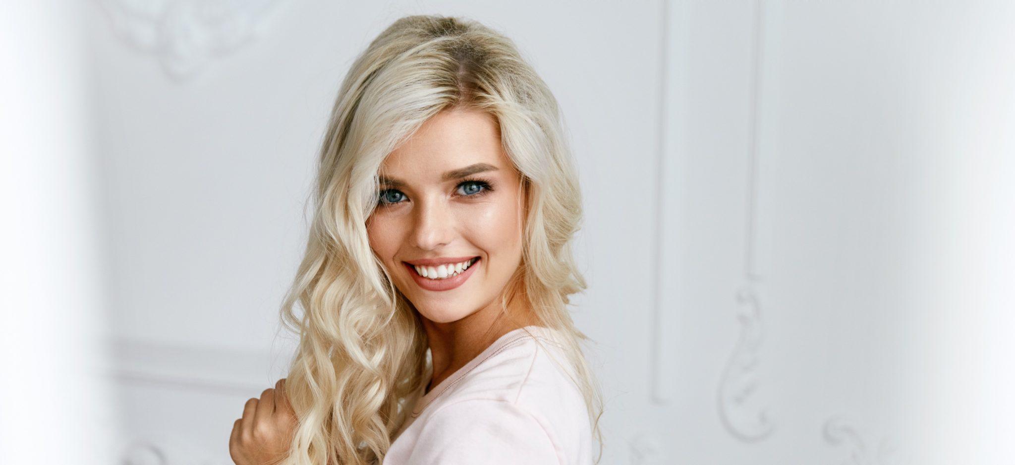Hübsche Blondine mit lockigen Haaren