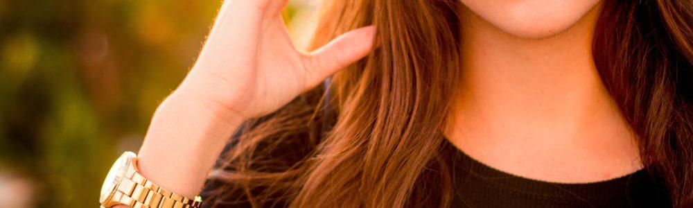 Eine Frau mit roten Lippen und langen braunen Haaren
