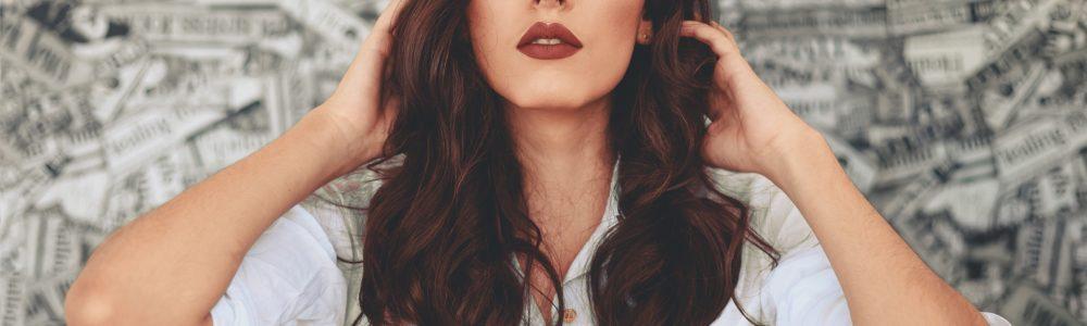 Junge Frau mit dunklen Haaren