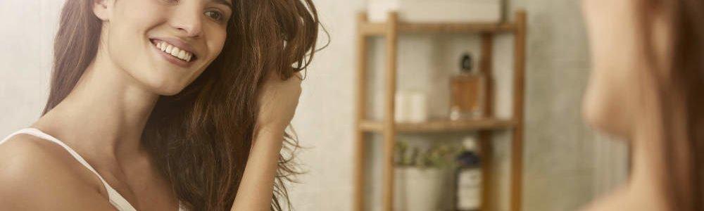 Frau pflegt Haare für eine gesunde Haarmähne